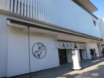 鎌倉土産として定番の「鳩サブレ―」。明治時代に誕生した鳩サブレ―は現在も多くの人に愛される、鎌倉を代表するお菓子。真っ白な壁の豊島屋本店に掲げられた鳩のモチーフも素敵ですね。