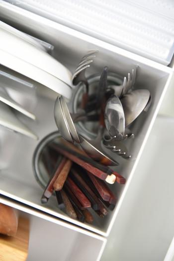 例えば、よく使うお皿や毎日使うカトラリー類も、あえて食器棚などにしまわずに、シンク下のここへ収納しているのだそうです。キッチン収納には、決まりはありません、使う人が使いやすいように充実させて行くことがポイントです!