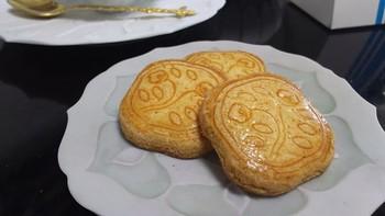 昭和初期からずっと受け継がれているシンプルなレシピで作られているという花椿ビスケット。長い歴史を思わせる、素朴で優しい味のビスケットはいつの時代も愛されるお菓子です。