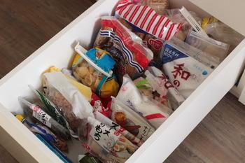 保存容器に詰め替え後の、食材の残りや、最初から保存容器に入れないものは、一か所に集めて、スッキリ収納。ここにあるストックが無くなったら、買い足すというのがこちらのブロガーさんが決めたルールだそうです。