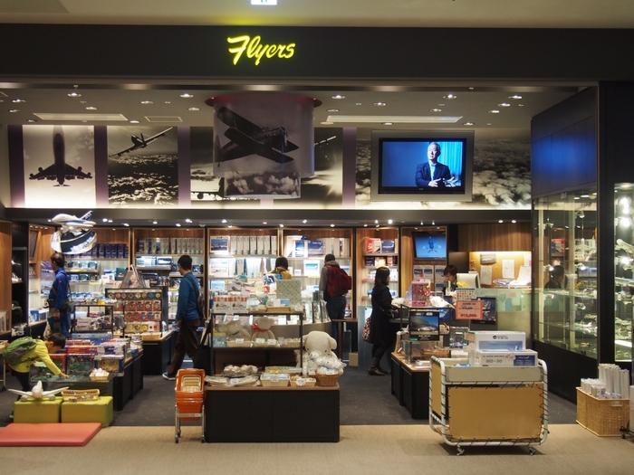 「アミューズメント」と「ミュージアム」が合わさって店名になったショップ。北海道のエアライン「AIR DO」をはじめ、エアライン各社のグッズや飛行機の模型、飛行機のおもちゃやパイロットバッグまで揃う飛行機グッズのお店です。空好き・飛行機好きの人にはたまらない品揃え。パイロットに憧れるお子さんへのお土産にも。