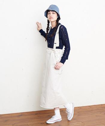 ストンとストレートな形のペインタースカート。ワーク感ある生地の質感、ボーイッシュな要素を感じるデザインが秀逸。ここは敢えて「白」を選んで潔く。かっこよくて可愛い大人のカジュアルスタイルを完成させてみませんか?