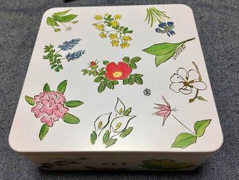 「十勝六花」と呼ばれる花々が描かれたお菓子の缶。包装紙と同じ柄です。この絵は北海道出身の画家坂本直行が描いたもので、長い間愛されているデザインです。