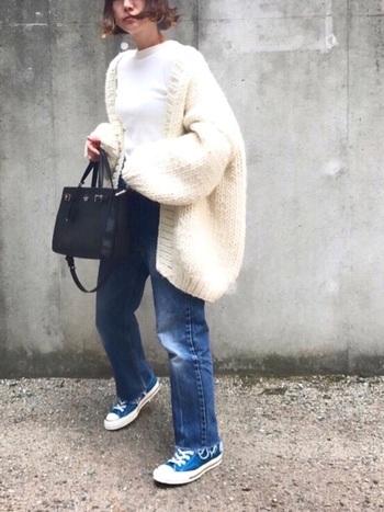 ざっくりとした網目、ボリュームのある袖のデザイン、丸いシルエット...。さらっと羽織った感じがかっこよくて、女性らしい秀逸なデザイン。そんな個性的なカーディガンも、白を選べばとても爽やかで若々しい雰囲気。ジーンズと合わせたごくシンプルなスタイルもとても軽快な印象に見えます。