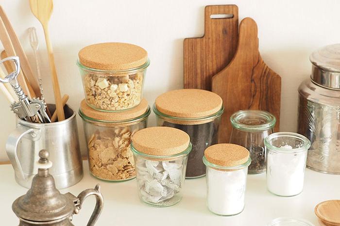 こちらは、コルクの蓋を使用したタイプ。コルクは吸湿性にも優れているので、食材の保存にも最適。キッチンにある様々なものをお洒落にストックすることが出来ます。