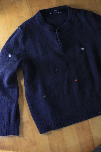 谷口さんは、ニットのリメイクも行っています。着なくなってしまったニットも、心を込めてその人に合わせた形でリメイク。たとえば虫食いで穴が開いてしまったセーターは、あえて違う色の糸で閉じ、カラフルなアクセントに。