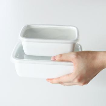 """琺瑯の老舗ブランド""""野田琺瑯""""の「ホワイトシリーズ レクタングル」。琺瑯は、殺菌力にも優れ、匂い移りが無いので、ストック食材の保存は勿論、作ったお料理を保存しておくのにもとても重宝します。10年、20年と長く使い続けて行ける、まさに一生もののアイテムです。"""