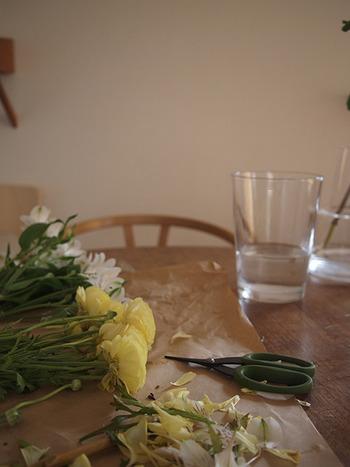 葉や花びらの傷みが目立つようになってきたら、お手入れをしてすっきりさせましょう。この一手間で、残りのお花も長くキレイに咲いてくれます。