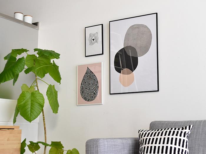 お部屋のインテリアに素敵なアクセントを添える『アート』の存在。 絵画・写真・オブジェなど、世の中には様々なアート作品がありますが、少し敷居が高いイメージがあり、「普段の生活に取り入れにくい…」と感じている方も多いと思います。 そこで今回は、アートをもっと身近なものとして楽しめるおしゃれなインテリアアイテムを集めました。 「ポスター」・「ファブリックパネル」・「陶磁器オーナメント」の素敵なアイテムとともに、ポスターの飾り方やファブリックパネルの作り方など、『アート』のあるライフスタイルの楽しみ方をご紹介します♪