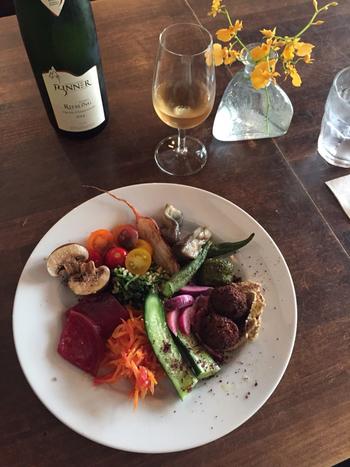 野菜・肉は全てオーガニックというコダワリ、そしてビオワインも扱う自然派ビストロです。
