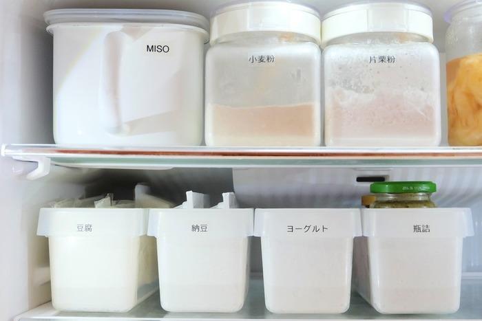 上段部分は、そのまま物を入れても見えずらく取りにくいです。調理の時にのみ使用する「味噌」などは、持ち手の付いた容器に、そしてかさ張りがちな「瓶詰系」や「納豆」などは、細長い容器にまとめて入れてラベリングすれば、見栄えもよくスムーズに出し入れできます。