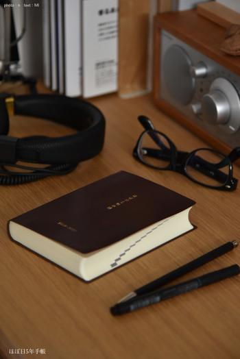 文房具好きさんがこぞって愛用する「ほぼ日手帳」から5年手帳が出ています。めがねとかもめと北欧暮らしさんは、ほぼ日手帳を使っていらっしゃることもあり、5年手帳を選ばれたのだそうです。毎日少しずつ書くだけなら続けられそうですね。
