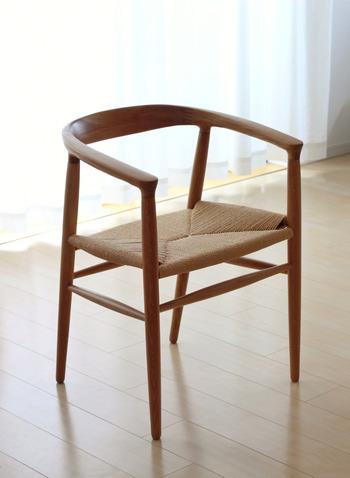 名作椅子に似た美しいデザインで、高級感のあるペーパーコードチェアです。オークの無垢材が醸す風合いが素敵ですね。ペーパーコードは汚れに強く、汚れても拭き取りやすく丈夫なところが良いそうです。 ナチュラルインテリアによく合いますね。