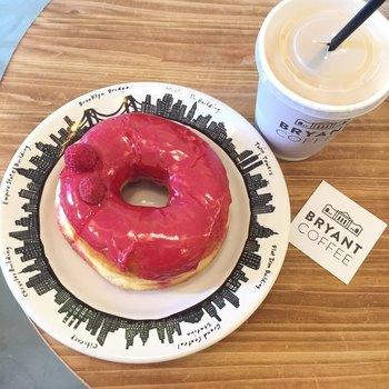2017年10月にオープンした「BRYANT COFFEE」は、麻布十番のある「DUMBO Doughnuts & Coffee」の姉妹店です。「コーヒーカップオンドーナツ」がSNSで話題となっていましたが、こちらでも頂けますよ。モチモチとした食感のドーナツに鮮やかなピンクのグレーズソースがかかった「フランボワーズ」が人気です。 ドーナツに合わたいのは、京都「ARABICA」から直接仕入れた豆をオリジナルカスタマイズを施したエスプレッソマシンで淹れた香り豊かなコーヒーです。