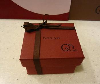 鎌倉紅谷本店限定の素敵なボックスに入ったクルミっ子は、まるでジュエリーが入っている箱のよう。中にはクルミっ子が2本入っていますよ。トレードマークのリスもきちんと描かれていますね。