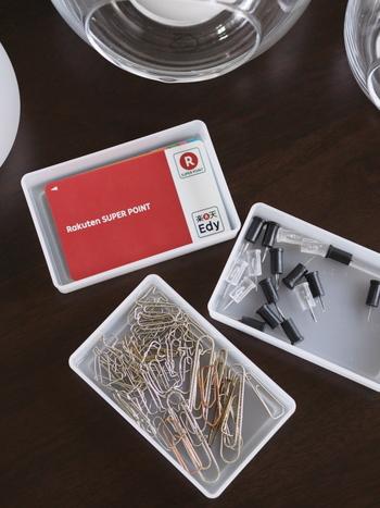 カードボックスには、カード以外の小物を仕舞うことも出来ますよ。散らばりがちなピンやクリップもケースにイン!同じケースで収納することで統一感が生まれ、引き出しの中が綺麗に整頓されて見えます。