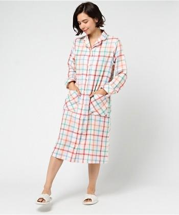 こちらはカラフルで大ぶりなチェック柄。ワンピースタイプのパジャマは、寝るときだってかわいらしくいたい人におすすめ。ハッピーな夢を見させてくれそうです♪