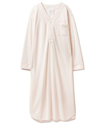 とろりとしたシャツワンピ風のパジャマ。優しいベビーピンクのカラーは、女の子らしい儚げな雰囲気。ゆったりとストレスなく眠ることができます。
