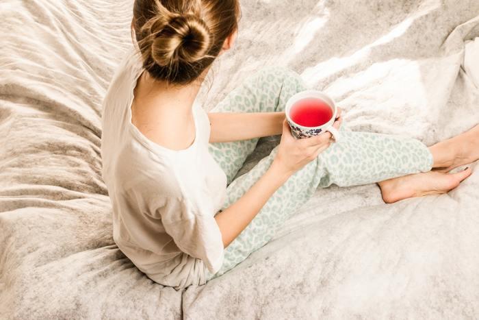 あたたかくなってくると、寝ている間に汗が蒸れて寝苦しかったりしませんか?人間は寝ているとき、実はコップ1杯分もの汗をかいています。パジャマは吸水性に優れているので汗を吸い、朝までさらりとした着心地を保ちます。