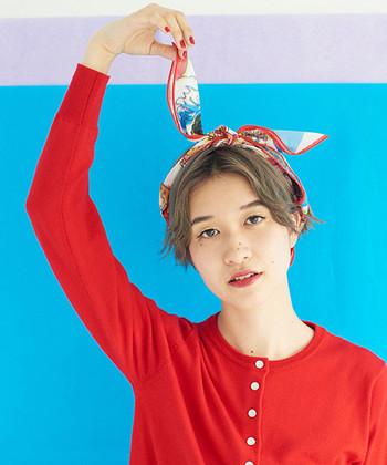 スカーフはヘアアクセサリーとして活用することもできます。例えば細めに折ってから頭の上で結べば、ヘアバンドのような印象に。うさぎの耳のように、ぴょこんとはねたスカーフがキュートです。