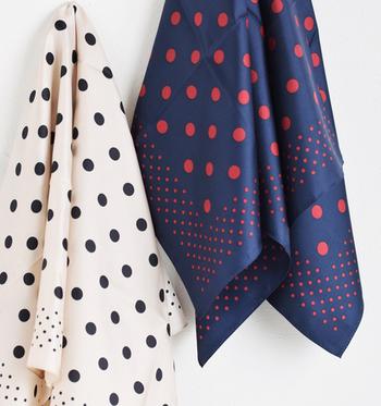 スカーフはちょっとしたひと手間を加えるだけで、いつもの着こなしを格段にランクアップさせてくれる優秀なファッションアイテムです。スカーフの活用が難しそう…と感じている方は、バッグやヘアアレンジなど、気軽に取り入れやすいところから真似してみてくださいね♪