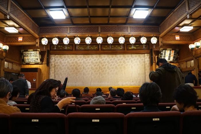 若い人に人気の新宿末廣亭の深夜寄席は、毎週土曜日21:30~23:00、1000円で落語が楽しめますよ。