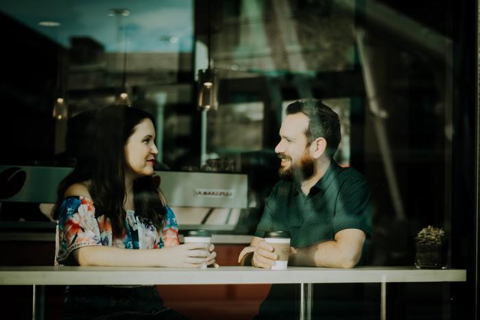 「speak」は一方的に話しているイメージですが、「talk」は話し相手とコミュニケーションをとるというイメージがあります。フォーマルかインフォーマルかという違いも。