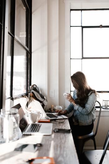 「仕事は何をしているの?」と聞かれて「I'm working at ●●.」と答えていませんか?間違いではないですが、この表現だと一時的な仕事という意味になり、「もうすぐ辞めるかも」と思われてしまう可能性も。