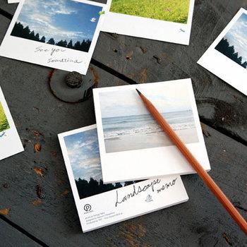 小さなメモなら、いつでも持ち歩くことが出来て、ふと思い立った時に書けるのでとっても便利。大切な一瞬を切り取ったような、爽やかな風景に癒されるメモ帳。