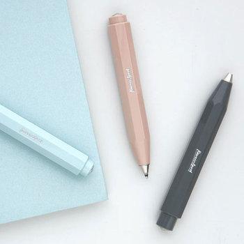 優しい色味のぽってりフォルムが可愛いKAWECO(カヴェコ)のペン。太くしっかりと持ちやすく安定感はバッチリ。
