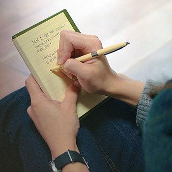 """さっと取り出して使うノートやペンは、お気に入りの素敵な文房具だと手にするたびに心がうきうきします。""""備忘録""""を書くのもはかどります。"""