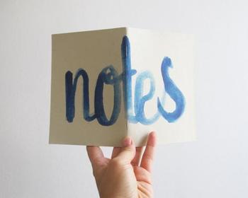 こちらは大きく水彩画のように書かれたnotesの文字。ブルーの濃淡がきれいで、爽やかなインパクトを残します。