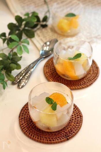 白こんにゃくを使ったナタデココ風のデザート。こんにゃく特有の生臭さはレモン汁で気になりません。こんにゃくに砂糖をまぶしますが、さらにカロリーを抑えたい方は少なめにしてフルーツの甘みを楽しみましょう。