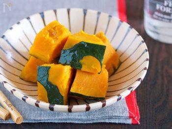 『かぼちゃの塩バター蒸し』  レンジでできる、かぼちゃを使ったお手軽副菜。耐熱ボウルにかぼちゃを並べたらあとは、塩とバターを散らしてレンジでチンするだけ。かぼちゃの自然な甘みとホクホク感がたまりません。
