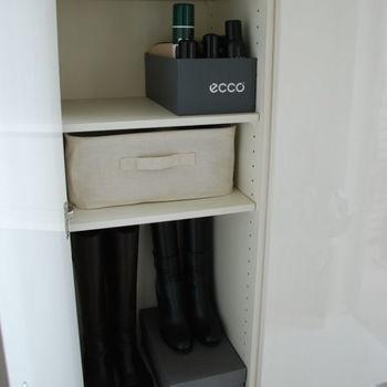 靴ブラシや靴クリームなどのシューケア用品はひとまとめにしておきます。同じように、ワンちゃんのお散歩グッズや、宅配便が来たときに必要な印鑑や小銭も、用途ごとにまとめておくとサッと取り出せて便利です。
