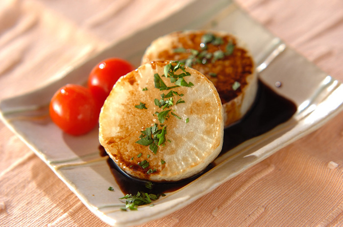 『大根ステーキ』  大根を輪切りにして焼いた、インパクトある一皿。バルサミコソースをかけておしゃれ感を演出したい。