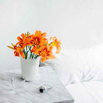 暗くなりがちな寝室も、お花を飾るだけで雰囲気がガラッと明るくなります。ベッドサイドに置くなら、明るい色合いのお花がオススメです。