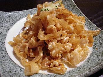 """沖縄では""""豚""""はとても身近な食材で、家庭料理でも「食べない部位はない」といわれるほど。沖縄以外でもよく知られるようになった「ミミガー」はご存知、豚の耳皮のこと。コリコリした食感が癖になりますよね。"""