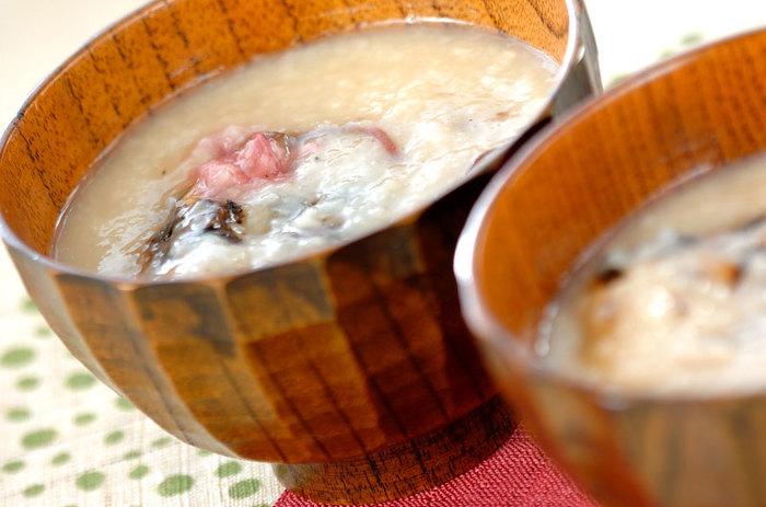 白あんで甘さを加えたぜんざいは、春の彩りも可愛い桜の塩漬けを飾って。甘さとしょっぱさが絶妙な美味しさです。