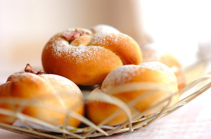 桜の花の塩漬けが香る甘酒桜パン。アクセントに甘納豆が入っています。ふんわり香る春の香りを楽しみながら食べたいパンです。