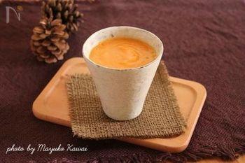 朝はスムージーが飲みたいけど冬は身体を冷やしそう…という方におすすめのホットスムージーは、甘酒を加えてさらに栄養たっぷりに♪人参の甘さとピリリとした生姜が効いて元気が出そうですね。