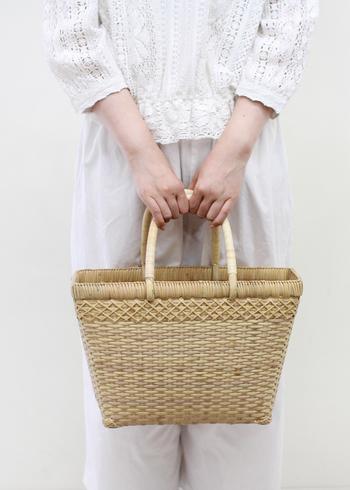 春から夏にかけて大活躍するカゴバッグ。でも、実は、冬スタイルに取り入れることで春気分をぐっと高めることができるんです!