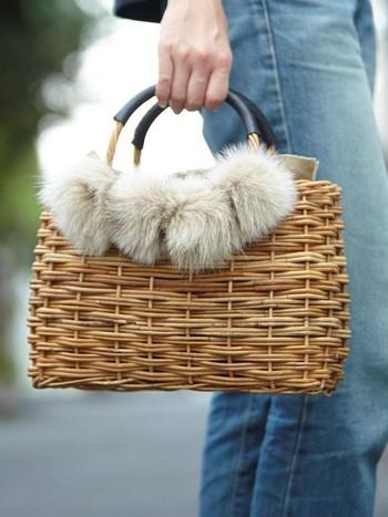 いつもの鞄をカゴバッグに変えるだけで、一気に春コーデになるから不思議です。ファーやストールなどを使って、すこし軽さを調整してあげると、全体の雰囲気を統一することができますね。ご自宅に眠っているカゴバッグを、春に向けて活用してみてくださいね♪