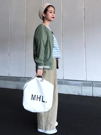 こちらはワイドチノにスカジャンを合わせたスタイル。インにボーダーシャツを着ると爽やかなイメージになりますね。これからの季節におすすめです。