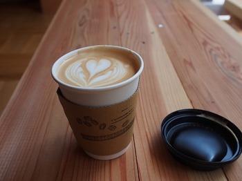 2017年7月にオープンした「Obscura Mart」は、人気のスペシャルティコーヒー専門店「OBSCURA COFEE ROASTERS」の4拠点目です。西太子堂駅が最寄ですが、三軒茶屋駅かの世田谷通りをてくてく歩いても5~6分ほど。店内のベンチで淹れたてのコーヒーを楽しめます。