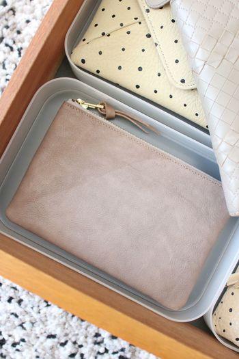 通帳を入れたポーチやカードケースもすっきり収まっています。空間に無駄がないですね!
