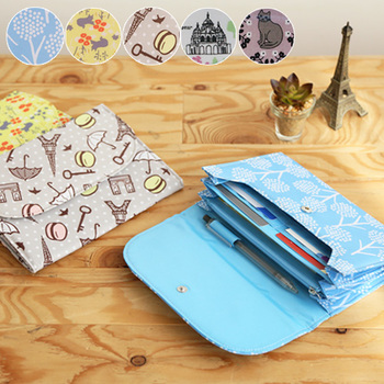 可愛い母子手帳専用のケースはプレゼントにしても喜ばれます。花やネコなど、可愛らしいテキスタイルの内側にはポケットがたくさん。ファスナー付きポケットやペンホルダーまで付いて、これひとつで必要なものが全て収納可能です。