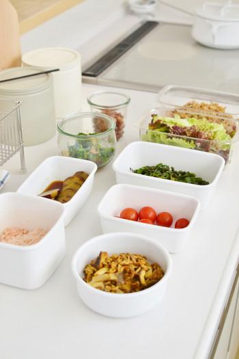 週末などにまとめて常備菜を作ったら、美味しく食べきれるように、分かりやすく綺麗に収納したいですよね。中身が見えるように透明の容器を使用して保存すれば、何がどのくらい入っているかひと目でわかります。