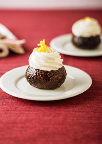 お酒が効いたお菓子の代表、サバラン。ブラックココアとゆずとブランデーが香るサバランのレシピは、見た目にもキュートですね。
