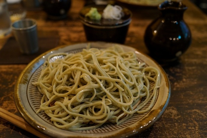 しっかりとしたコシの蕎麦は、鼻腔を抜ける蕎麦の香りがを愉しめます。濃いめのお出汁がまた美味しい。